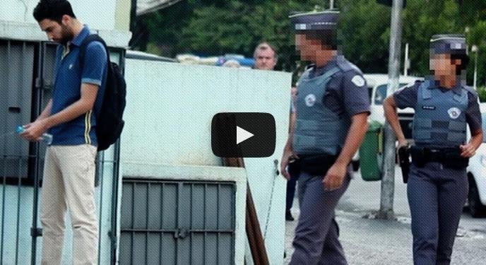 mijando na frente da polícia