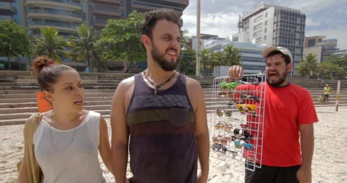 Vendedores ambulantes facilitam a vida de banhistas nas praias brasileiras
