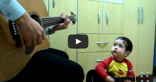 Bebê de 2 anos canta música dos Beatles