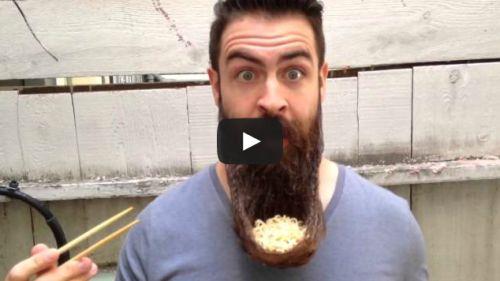 Comendo miojo na tigela de barba