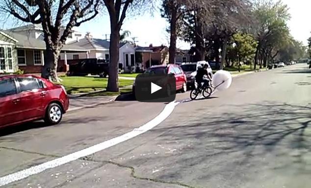 Estourando plástico bolha com uma bicicleta