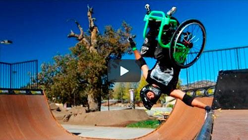 Fazendo manobras radicais em uma cadeira de rodas