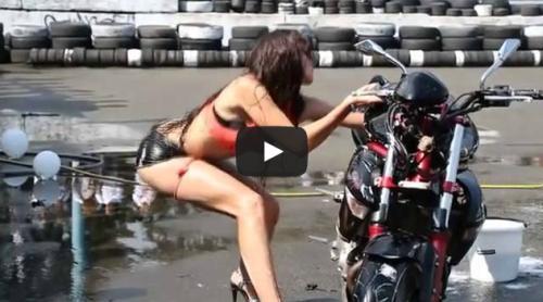 gata lavando moto fail