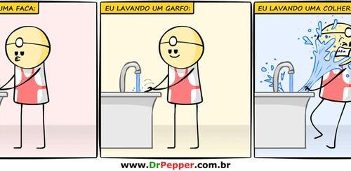 lavando uma colher