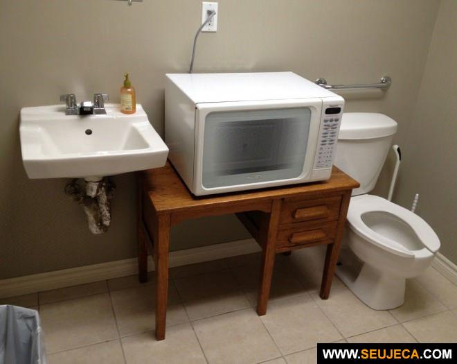 Lugar de microondas é no banheiro