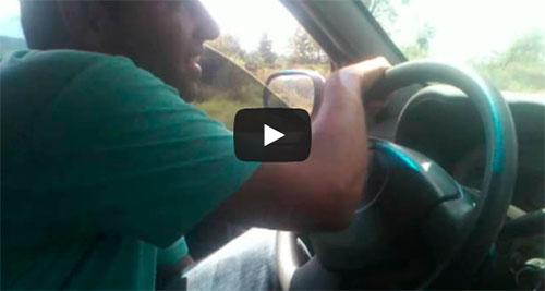Motorista maluco dirige carro com os pés e se dá mal