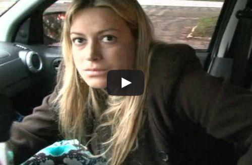 Mulher embriagada dorme ao volante no meio da rua