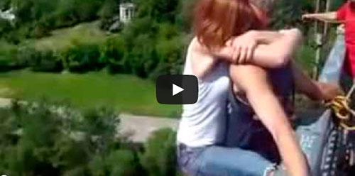 Mulher salta de bungee jumping sem equipamento
